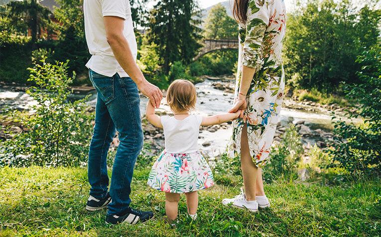 Mama i tamam drze cerku za ruke