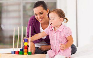Dete i majka se igraju edukativnom igrackom