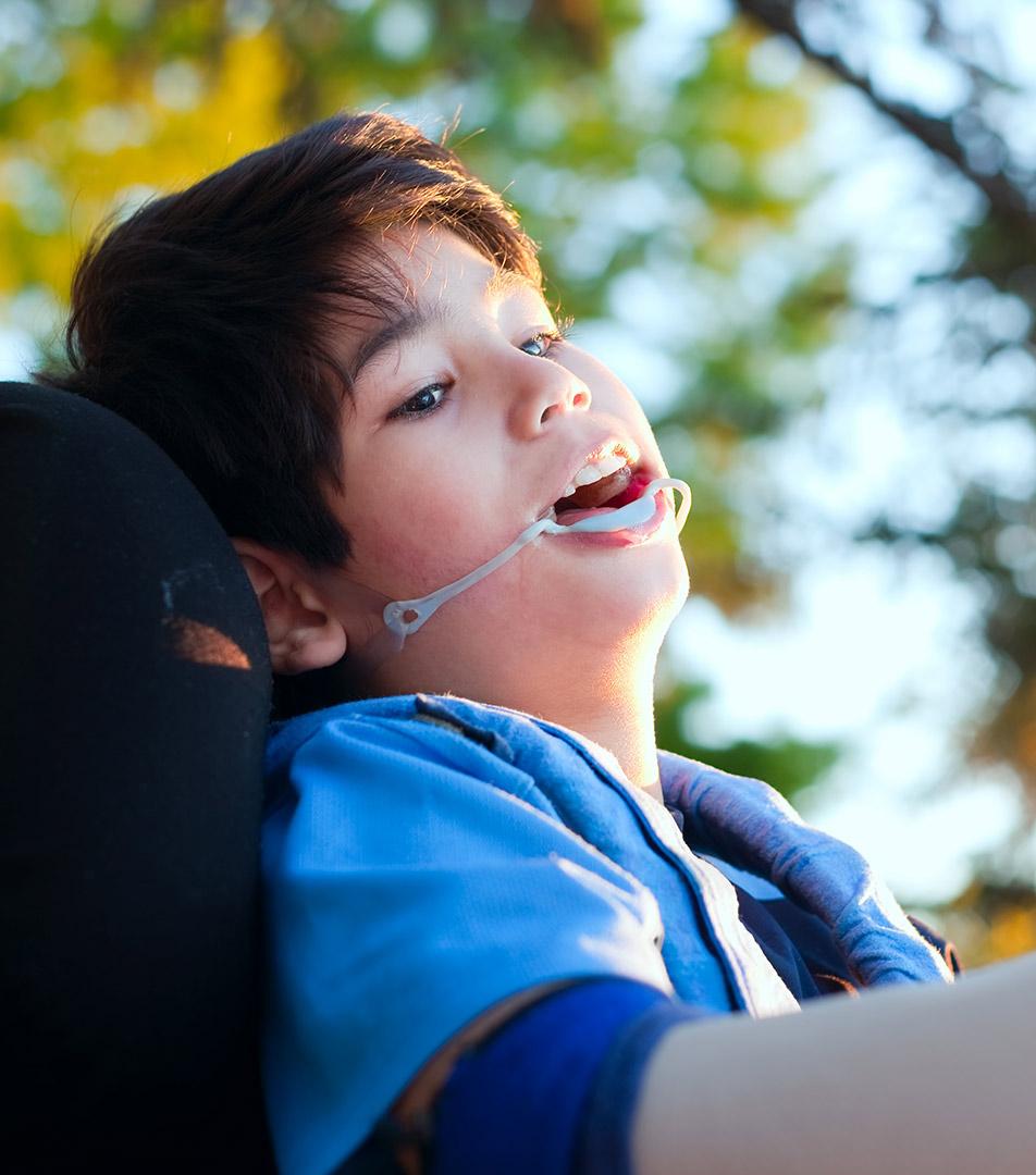 dečak sa cerebralnom paralizom