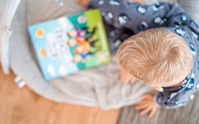 Dete sa cerebralnom paralizom cita knjigu